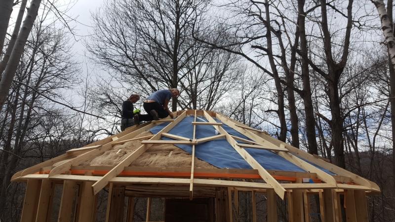 Holzwolle dämmt auch das Dach, darüber Feuchtigkeitssperre