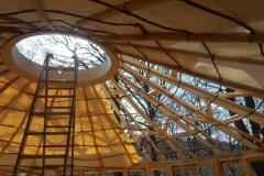 Ohne Dämmung im Dach ist die Leinwand noch lichtdurchlässig